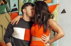 Mileide Mihaile beija namorado, Wallas Arrais, no palco: 'Dono do meu sorriso'