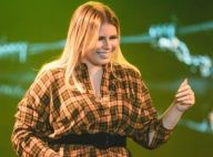 Marilia Mendonça combina camisa xadrez com short curto em show. Foto do look!