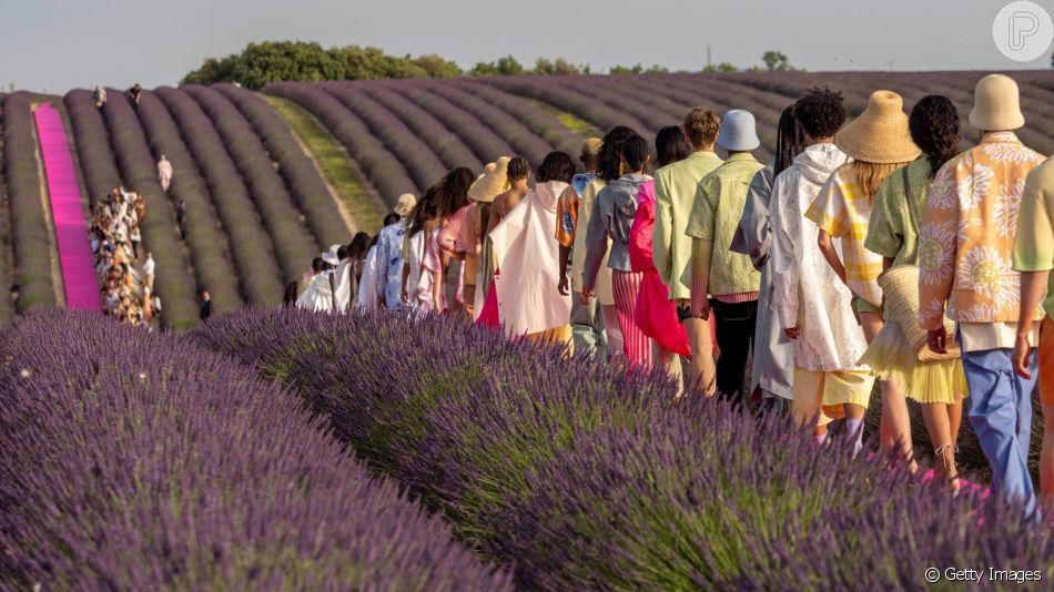 Desfile da Jacquemus aconteceu nesta segunda-feira (24 de junho) na região da Provence, na França