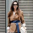 Uma das tendências deste inverno é o blazer acinturado: use um cinto diferentão ou uma faixa de trench coat para estilizar a peça