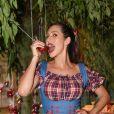Lívia Andrade se deliciou com maçã do amor em seu aniversário de 36 anos
