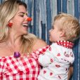Karina Bacchi levou o filho, Enrico, de 1 ano, para festa junina beneficente