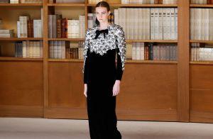 Inspire-se nos vestidos com sapatos baixos na passarela da Chanel