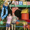 Marcos Mion posa com o filho Romeo em área temática do filme 'Toy Story'