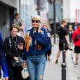 Elisa Nalin combinou seu jeans reto com rasteiras e jaqueta de franjas