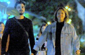 Agatha Moreira e Rodrigo Simas brincam e se beijam em noite com amigos