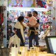 José Loreto entrou em loja de brinquedo com a filha, Bella, na zona sul do Rio de Janeiro