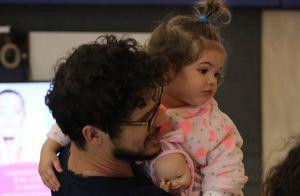Filha de José Loreto, Bella usa penteado fofo em passeio com o ator. Fotos!