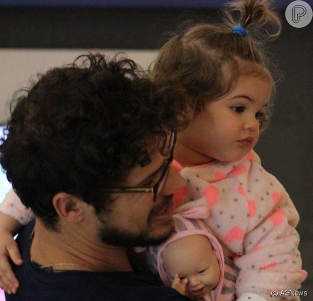 Filha de José Loreto, Bella usa penteado fofo em passeio com o ator nesta segunda-feira, dia 08 de julho de 2019