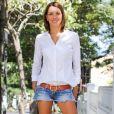 Camisa branca de botão é um clássico e versátil! Com short jeans desfiado deixa a produção arrumadinha e linda