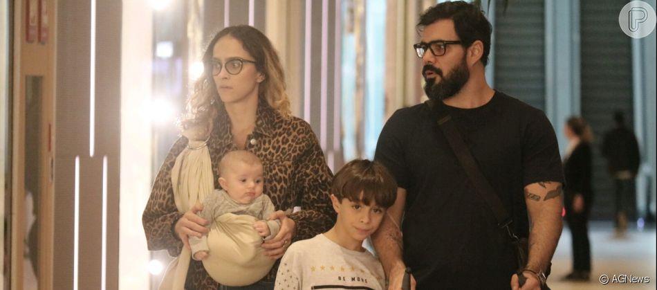 Juliano Cazarré é fotografado em passeio com a mulher e os três filhos em passeio em shopping no Rio de Janeiro, na noite desta quinta-feira, 11 de julho de 2019