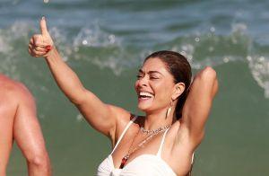 Juliana Paes curte dia de praia com a família e abdômen sarado chama a atenção
