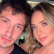 Marido de Carol Dantas mostra nova casa com vaso sanitário neon: 'Só spoiler'