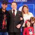 No final do programa, Neymar posou para uma foto com parte da família de Silvio Santos