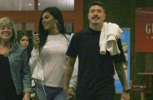 MC Pocahontas é fotografada de mãos dadas com ex de Anitta em passeio no Rio