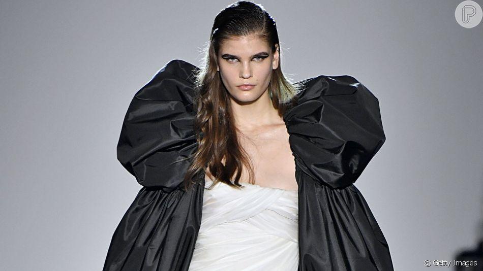 Mangas bufantes estão em alta entre fashionistas, o look é Giambattista Valli