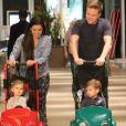 Thais Fersoza e Michel Teló foram clicados com os filhos, Melinda e Teodoro, em dia de shopping