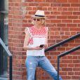 Jeans para ir à aula: a dobradinha com tênis branco, um clássico, ganha estilo com a bata boho e o chapéu