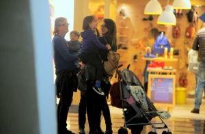 Filho de Alinne Moraes, Pedro rouba a cena em loja de brinquedos no shopping