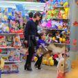 Filho de Alinne Moraes, Pedro rouba a cena em shopping no Rio de Janeiro, neste domingo, dia 04 de agosto de 2019