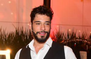 Zezé Di Camargo e filho levam seus pares à pré-estreia do musical 'Zorro'. Fotos