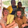 Giovanna Ewbank e Bruno Gagliasso posam os filhos, Títi e Bless, em viagem à África