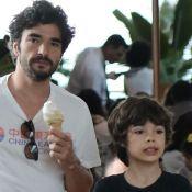 Filho de Caio Blat usa look de filme e rouba a cena em passeio com o pai