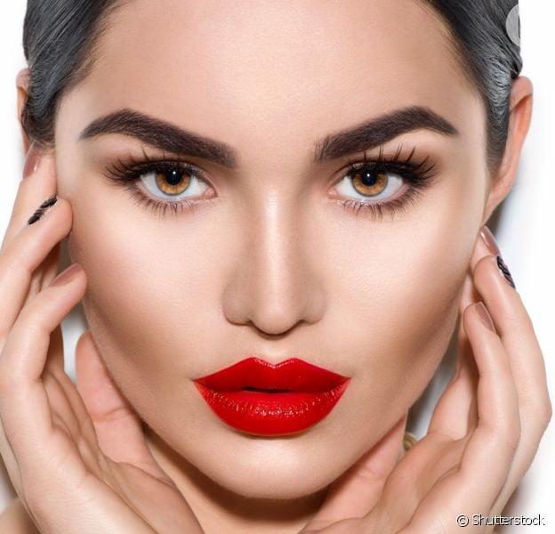 Contorno na maquiagem: técnica valoriza traços e ajuda a afinar o rosto