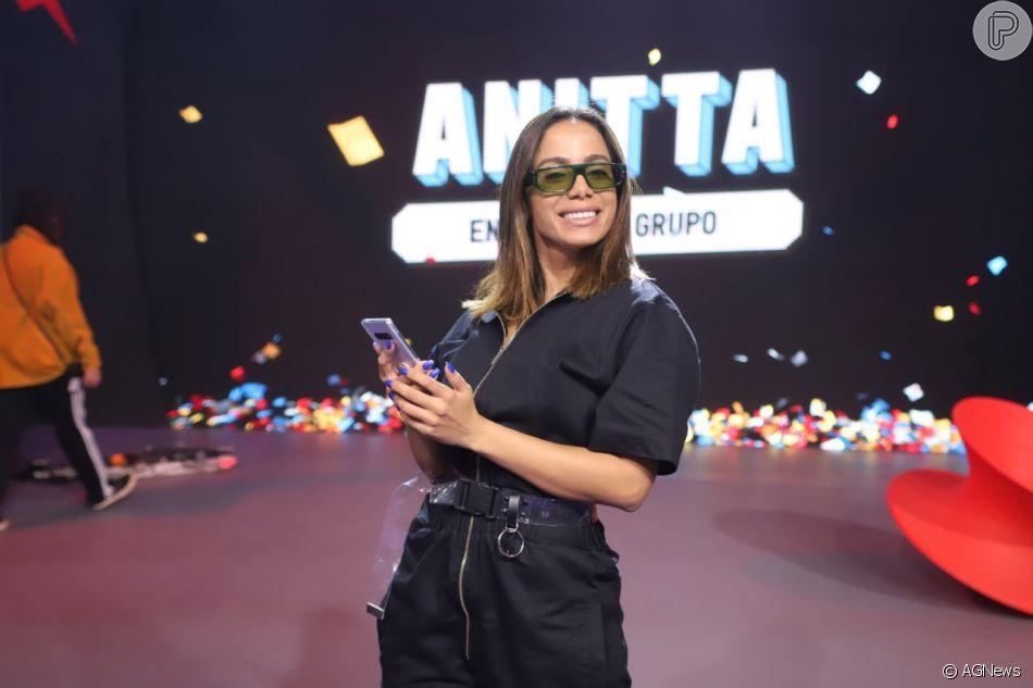 Anitta geme a pedido de fã e recebe críticas por apelo sexual em novo programa