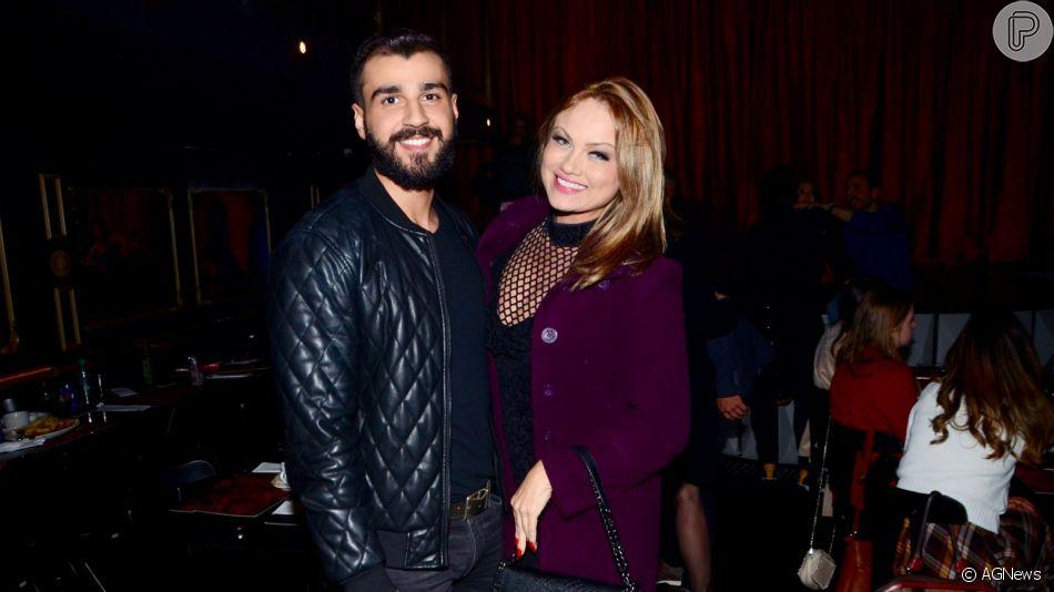 Ellen Rocche exibiu o novo visual, com cabelo mais curto e franja lateral, ao levar o noivo, Rogério Oliveira, em show na noite desta segunda-feira, 26 de agosto de 2019