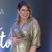 Mamãe estilosa! Marilia Mendonça alia look glow a tênis de oncinha e lança série
