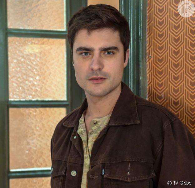 Leandro (Guilherme Leicam) assume para Chiclete (Sergio Guizé) que é gay na novela 'A Dona do Pedaço'