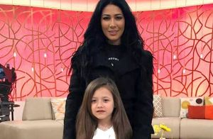 Simaria, irmã de Simone, opina sobre maquiagem feita pela filha, Giovanna. Vídeo