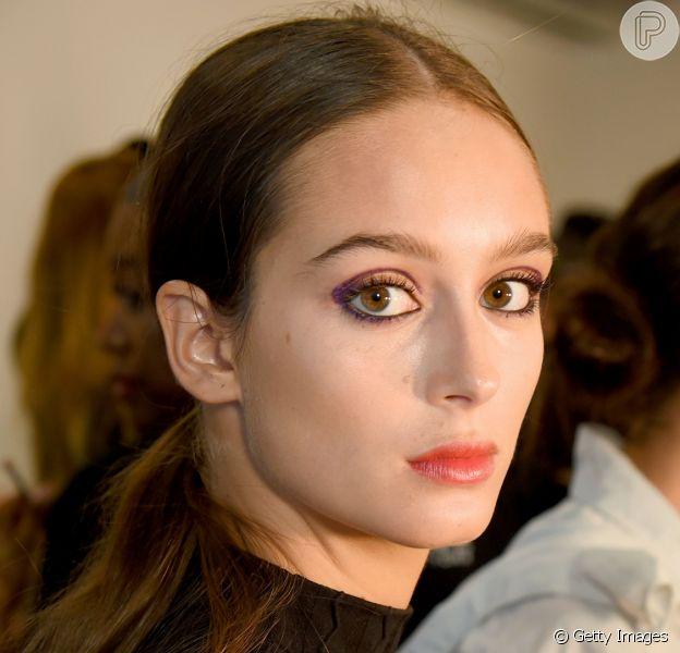 A maquiagem com sombra roxa deixa o look do Rock in Rio mais punk