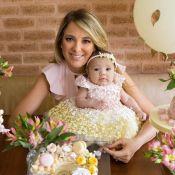 Tici Pinheiro escolhe look floral para a filha Manuella em festinha: '2 meses'