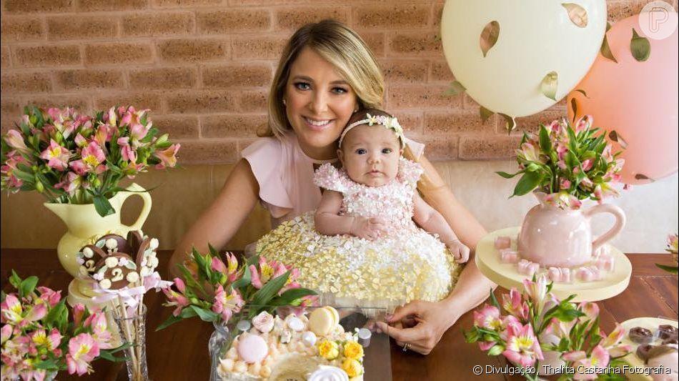 Ticiane Pinheiro e a filha Manuella posam juntas em mesversário da bebê nesta quinta-feira, dia 12 de agosto de 2019