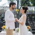 Helena (Carol Castro) se casa com Hussein (Bruno Cabrerizo) na novela 'Órfãos da Terra'