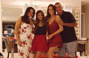 Irmã de Bruna Marquezine, Luana ganha naked cake e festeja 17 anos em família