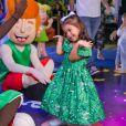 Filha de Juliana Alves usou vestido ombro a ombro em festa de aniversário