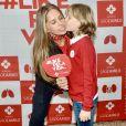 Adriane Galisteu ganhou carinho do filho, Vittorio, ao visitar hospital em São Paulo