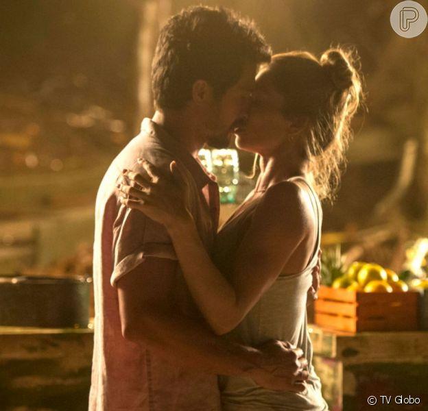 Rola um clima de romance entre Marcos (Romulo Estrela) e Paloma (Grazi Massafera) na noite de ano novo na novela 'Bom Sucesso'