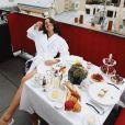 Bruna Marquezine mostra seu café da manhã com croissant, pães, ovos, fatias de limão e frutas vermelhas: 'Obrigada por me mimar'