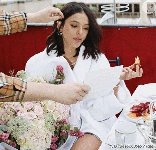 Bruna Marquezine ganha mimos e café da manhã ostentação de hotel em Paris