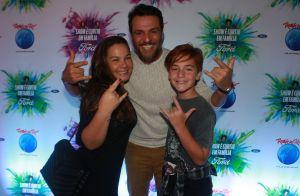 Em família! Rodrigo Lombardi vai ao Rock in Rio com mulher e filho de 11 anos
