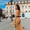 Bruna Marquezine usou modelo ombro a ombro em Paris