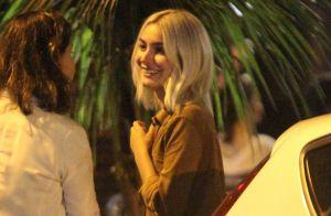 Marina Moschen renova visual e é clicada com cabelo platinado em jantar no Rio