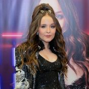 Larissa Manoela aposta em look glow em show e é prestigiada por Maisa Silva