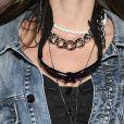 Mix de colares: correntes e colares fininhos funcionam bem com choker de pérolas e ajudam a criar um look com personalidade
