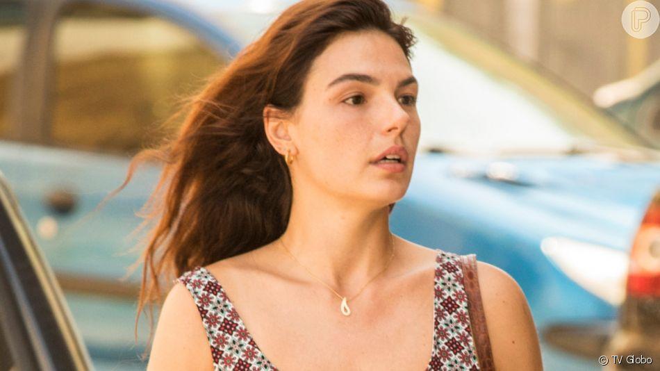 Betina (Isis Valverde) é a chefe de enfermagem do hospital onde Magno (Juliano Cazarré) faz visita diária na novela 'Amor de Mãe'