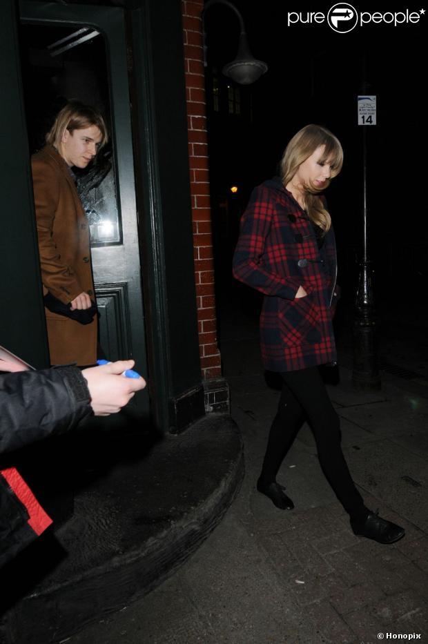 Taylor Swift sai de pub londrino na companhia do cantor britânico Tom Odell, em 21 de fevereiro de 2013